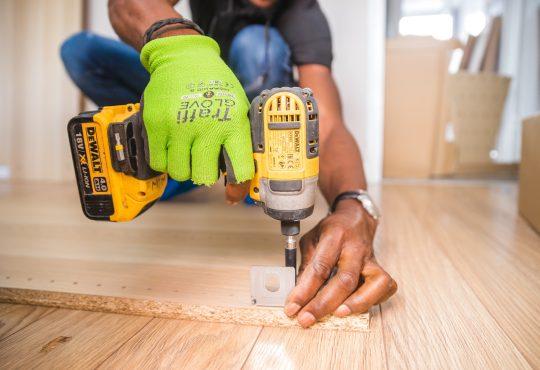 carpenter using cordless drill
