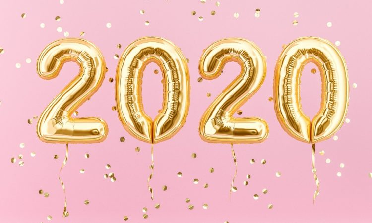 2020 gold foil balloons pink background